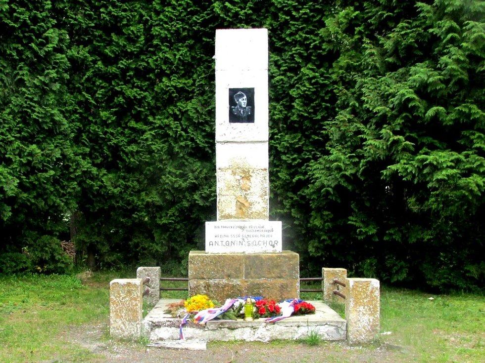 Pomník generálmajorovi Antonínu Sochorovi.