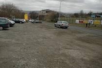 Štěrkovou plochu u Slunety radnice předělá, aby se zde řidičů mnohem lépe parkovalo.