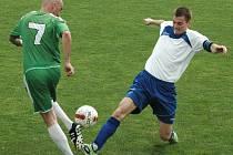 Fotbalisté Trmic (bílé dresy) doma prohráli s Heřmanovem 1:2 po penaltách.