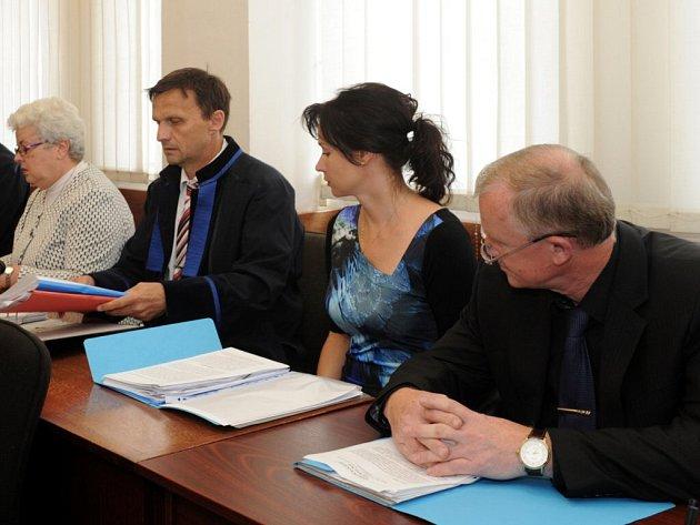 Hlavní líčení v kauze trojice úředníků magistrátu Jany Sokolové (vlevo), Marcely Rosenkrancové (druhá zprava) a Josefa Mansfelda (vpravo), kteří čelí obžalobě za to, že netrestali přestupky za nezaplacené parkování.