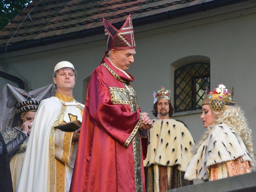 Muzikál Noc na Karlštejně na hradě Střekov.