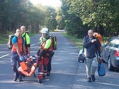 Horolezkyni transportovali k čekajícímu vrtulníku. Ten zraněnou převezl k dalšímu ošetření do ústecké nemocnice.