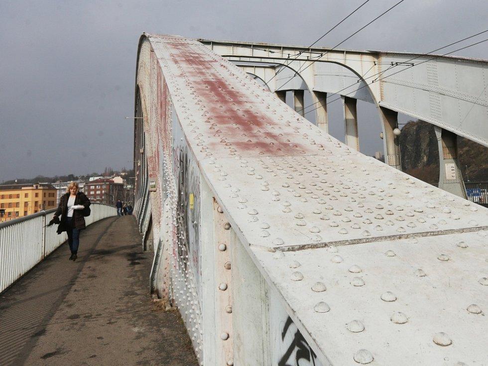 Benešův most potřebuje rekonstrukci jako sůl.
