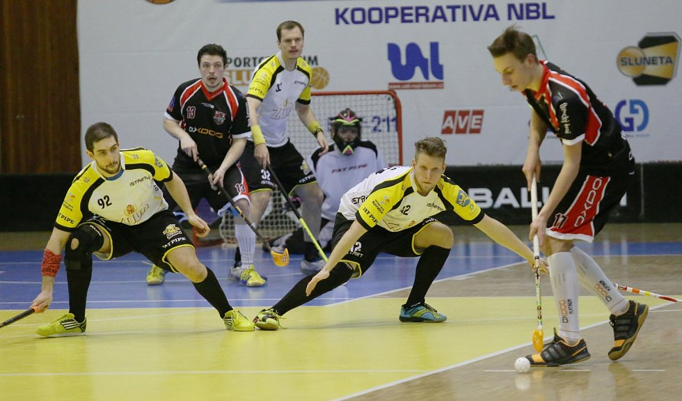 Florbalisté Ústí (tmavé dresy) doma dvakrát porazili Start 98 a srovnali stav série na 2:2.