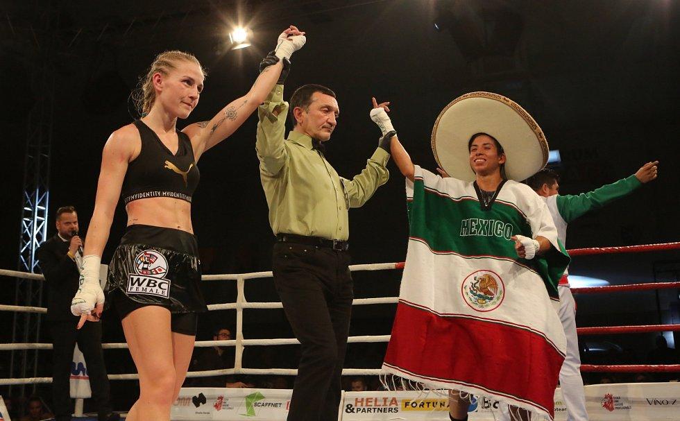 Fabiana Bytyqi (vlevo) vs. Maria Soledad Vargas v souboji o titul mistryně světa WBC v atomové váze