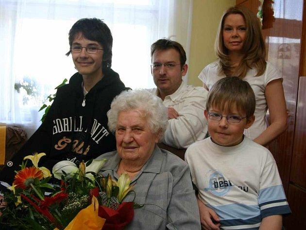 Jubilantka Věra Strachová s rodinou