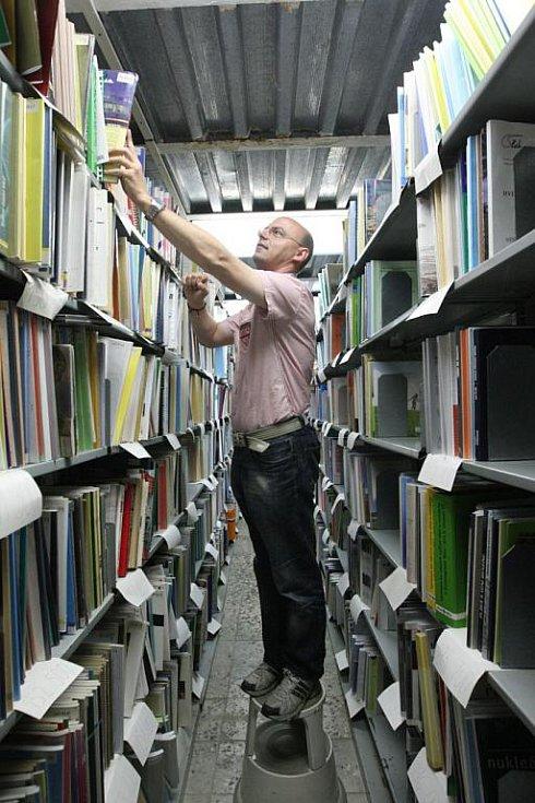 Regály plné knih, ve skladu, v čítárně i ve studovnách. A knihovníci denně před otevřením musejí běhat kolem regálů a třídit a ukládat knihy. Ústecká knihovna ukrývá v tajném trezoru i poklad, a to vzácné knihy.