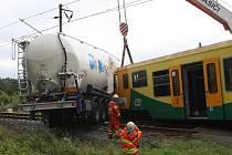 Vyproštění nákladní cisterny a vrácení vykolejeného vlaku zpět na trať trvalo několik hodin. Na místě zasahovali hasiči. Zapotřebí byla samozřejmě těžká technika.