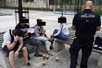 Mládež s pivem neunikla pozornosti ústeckých strážníků.