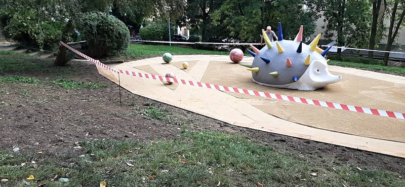 Ježek v Parku republiky dostal barevné bodlinky, ale hned ho poničil vandal.