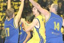 Ústecký basketbalista Radim Kramný se marně snaží dostat přes obranný val Zlína. Ústečané nakonec na Zlín nestačili, ale v neděli si spravili chuť proti Ostravě.
