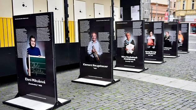 Až do neděle 25. října je v Ústí nad Labem na Mírovém náměstí k vidění výstava Nejsme tu sami.