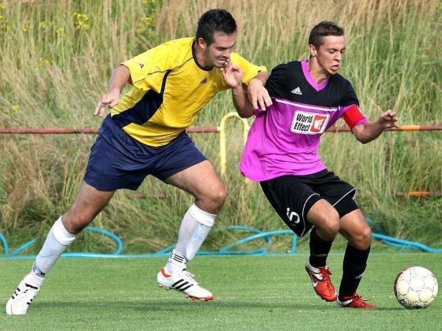 Fotbalisté Trmic (žlutí) utrpěli v přípravě debakl 1:6 od Přestanova.
