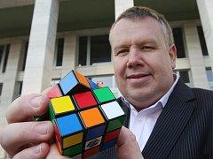 Libor Zajíček se symbolem 80. let - Rubikovou kostkou.
