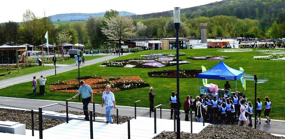 Zahradnická výstava v saském Löbau vítá návštěvníky rozehlou plochou plnou květů a zeleně.