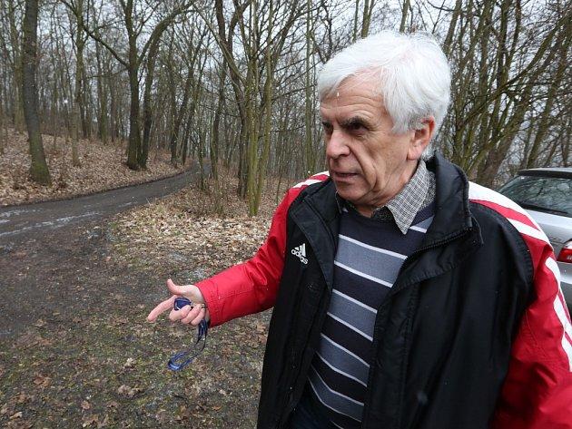 PŘEDSEDA OSADY VĚTRUŠE Jiří Behenský ukazuje na děravou Solní stezku, jejíž stav komplikuje zahrádkářům životy.