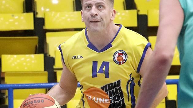 Pavel Zajíc, Basketbalovou bitvu ve čtvrtfinále Severočeské ligy mezi domácí Slunetou Ústí B (žlutí) a Baníkem Most (zelení) lépe zvládli mostečtí a zvítězili 58:62.