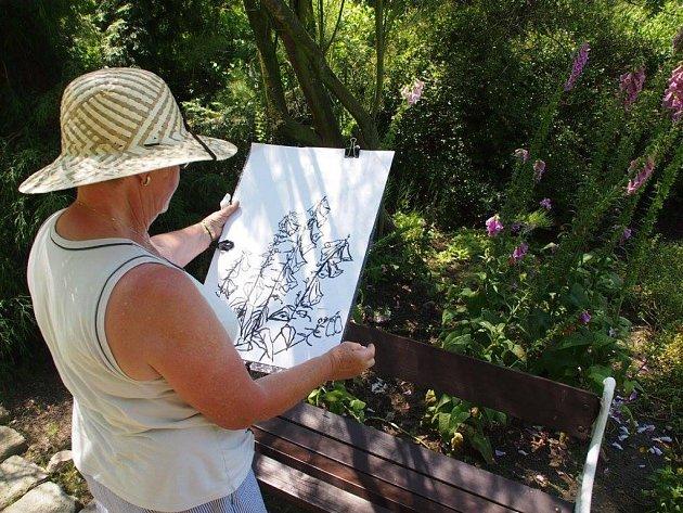 Posluchači Univerzity třetího věku UJEP v rámci kurzu malovali v prostorách Botanické zahrady v Teplicích.