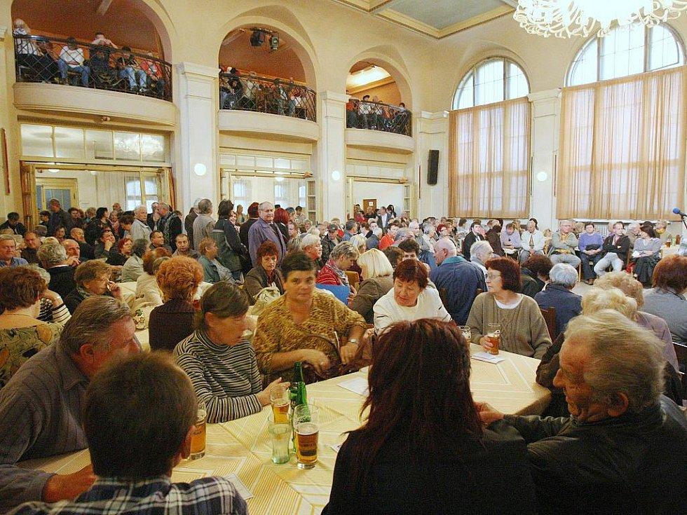 Přes pět set Ústečanů, většinou nájemníků společnosti CPI Byty, se včera vydalo do sálu Setuzy na Střekově.