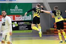 Futsalisté Rapidu Ústí nad Labem (černožlutí) porazili v domácí hale Démony Česká Lípa 9:8 a slavili první výhru v nejvyšší soutěži.
