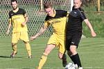 Fotbalisté Brné (černé dresy) porazili ve čtvrtfinále krajského poháru Louny (žlutočerní) 4:1