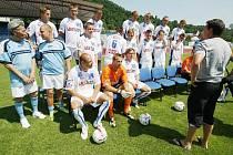 Bylo opravdu nesnesitelné vedro. Na trávník se pomalu šinou první hráči FK Ústí, jdou se fotit před startem prvoligové sezony. Do české nejvyšší ligy se hráči Army dostali po dlouhých jedenapadesáti letech.
