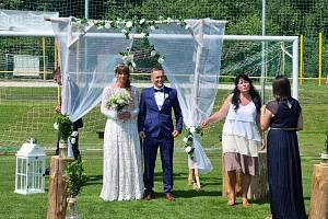Na fotbalovém hřišti v Libouchci proběhla v pátek 13. srpna svatba. Jiří Novák, libouchecký fotbalista, si vzal děčínskou volejbalistku Lucii Strzepkovou.