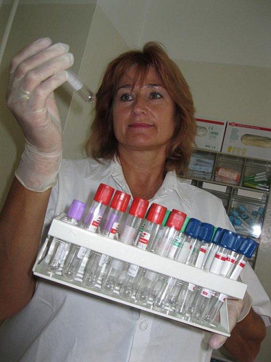 """FASCINACE MALÝMI ORGANISMY. Imunoložku z krajského zdravotního ústavu Karolu Haasovou mikrosvět virů a bakterií """"dostal""""."""