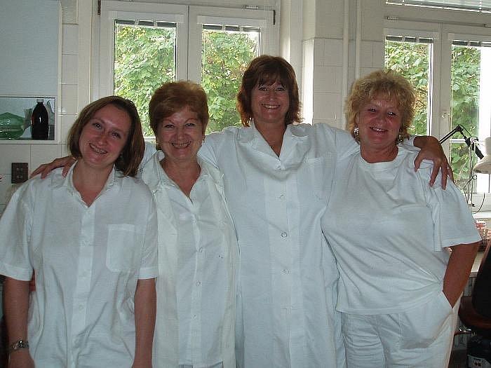 TO JSME MY. Laborantky z oddělení vakcín ústeckého zdravotního ústavu (zleva) Hana Křížová, Eva Burešová, Karola Haasová a Marie Faberová.
