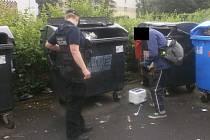 Strážníci řešili dvě osoby, které se přehrabovaly v popelnicích a na místě po sobě zanechaly na zemi nepořádek.