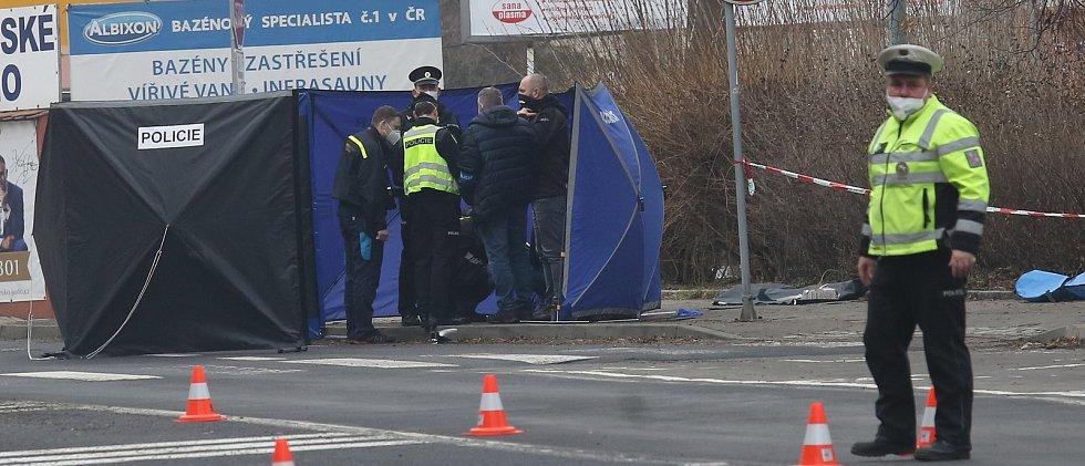 V pátek srazil řidič na Masarykově třídě v Ústí nad Labem na autobusové zastávce chodkyni. Zemřela na místě a řidič ujel.