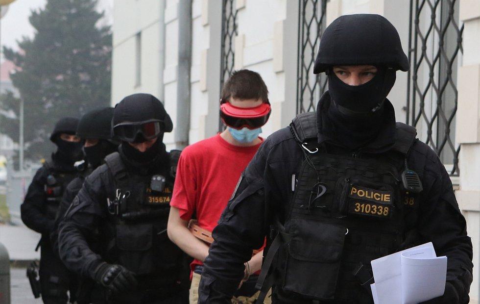 Policie přivádí podezřelého z vraždy v Krásném Březně k jednání soudu o uvalení vazby