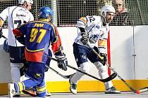 Ústečtí hokejbalisté (bílé dresy) doma porazili Kert Park 4:1.