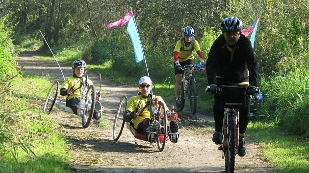 Tour de Labe se v minulých letech jela jako etapová propagační jízda s cílem mapovat na Labské stezce bariéry. Jak dokumentuje první snímek ze září 2010, největší překážkou jsou labská zdymadla na Střekově v Ústí.