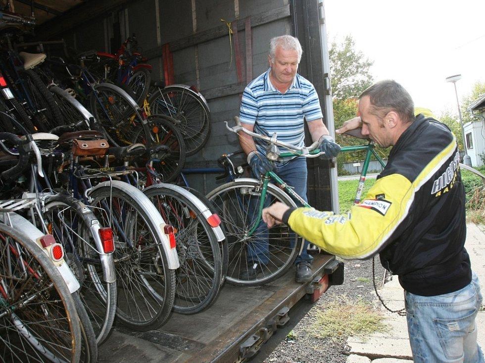Nakládání kol do kamionu před Automuzeem v Terezíně 9. října loňského roku.