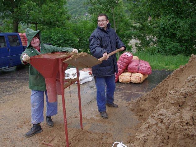 Pytlování písku na Střekově.