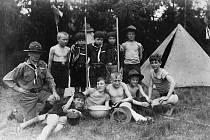 Mladí skauti ze 3. oddílu při táboření v roce 1927. Oddíl založil Josef Jiroušek.