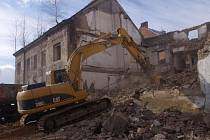 Zchátralý dům v předlické ulici Beneše Lounského šel k zemi.