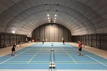 V multifunkční hale T-CLUBU je jeden tenisový kurt, který se dá jednoduše přestavět na pět hřišť na badminton.