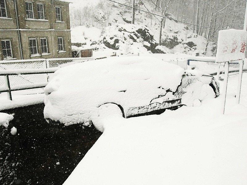 TISÁ POD SNĚHEM. Nejvíce sněžilo na hřebenech Krušných hor, problémy byly například v Tisé.
