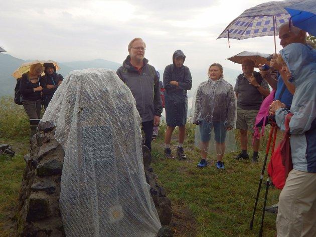 Odhalení nové pamětní desky na Doerellově vyhlídce u Dubiček.