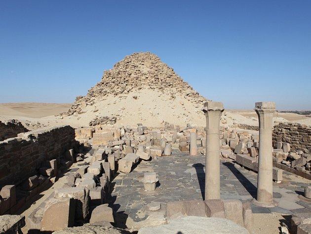 SAHUREOVA PYRAMIDA se zádušním chrámem leží asi 20 metrů nad údolím Nilu v egyptském Abúsíru.