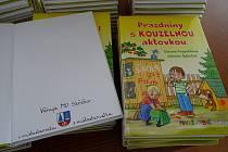 Místostarostové Střekova předávají předškoláčkům knihy s věnováním.