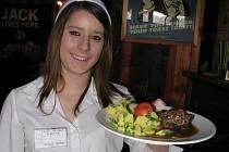 Jako každý čtvrtek i tento týden se v kuchyni restaurace Sport Pub Zlatopramen na zimním stadionu vařilo podle čtenářů Ústeckého deníku. Na snímku učenka druhého ročníku oboru servírka Kristýna Vybíralová.
