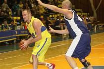 Hráči Ústí nad Labem (ve žlutém) hostili ve sportovní hale basketbalisty Plzně.