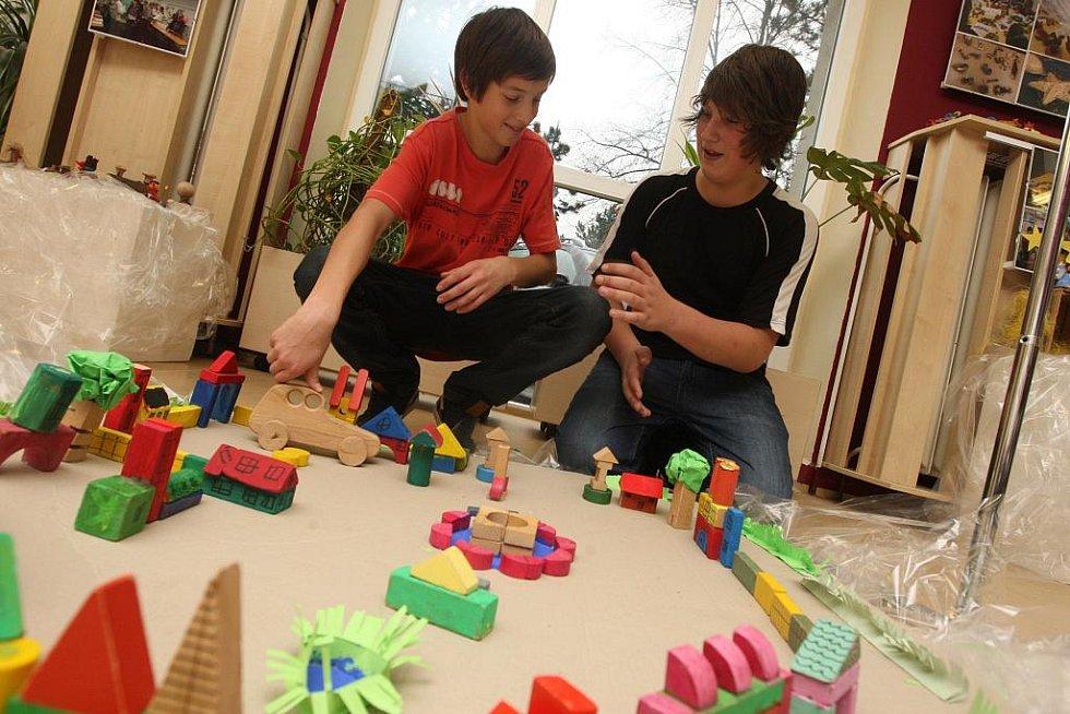 Dřevěné hračky, stolní hry, betlém a spousta dalších výrobků ze dřeva, které potěší, připravili pro výstavu žáci ZŠ Zdeňka Matějčka v Mostě. Při jejím čtvrtečním zahájení se bavili všichni.