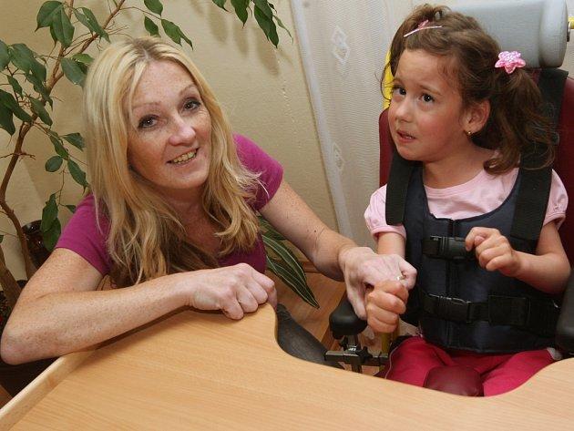Maruška Procházková jde po prázdninách do školy. Díky speciální lavici a židličce to bude pro ni snazší.