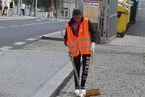 Ve městě uklízejí lidé i technika, stále se to zdá málo.
