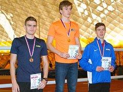Ústečtí atleti na stupních vítězů halového přeboru – dálku vyhrál Matěj Ščerba (AC) před Davidem Volke (USK – vlevo), třetí byl Košťál z Bíliny (vpravo).