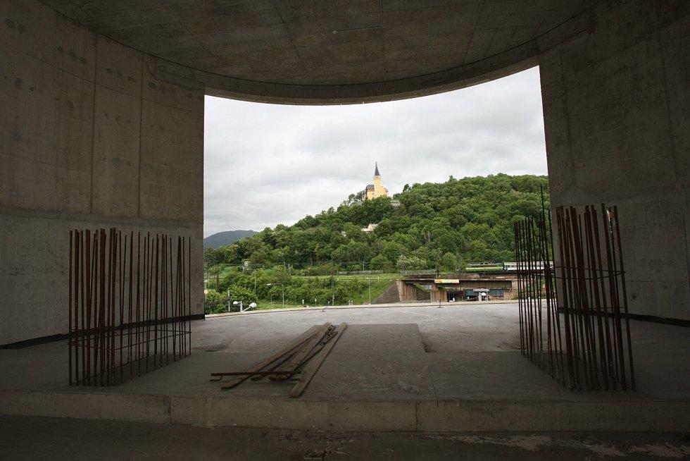 Stavba lanovky na Větruši. Budoucí dolní stanice v OC Forum. Červen 2010